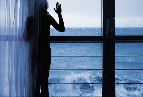 mulher-olhando-mar-se-desfazendo-de-emoções-inúteis
