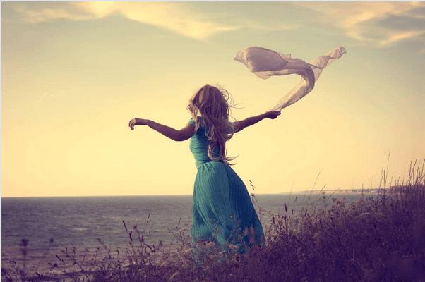 mulher_com_lenco_olhando_para_horizonte
