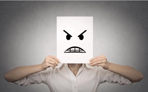 pessoa-irritada-enfrentando-ressentimento