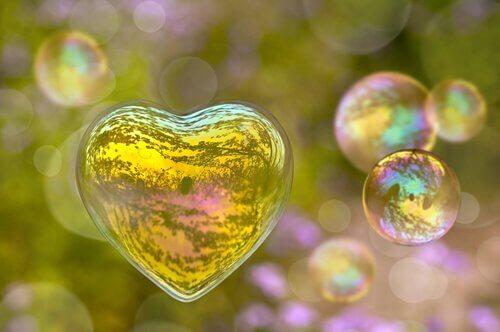 Bolha de sabão em forma de coração representando amor impossível