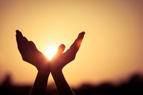mãos-abertas-representando-bem-estar-psicológico