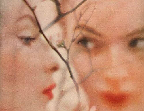 Maus momentos reflexo mulher