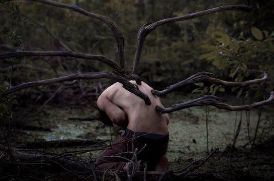 Menino-com-galhos-de-árvore