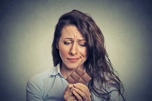 mulher pensando em comer chocolate sem sentir fome