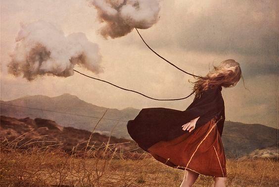 Mulher com nuvens esperando resultados diferentes
