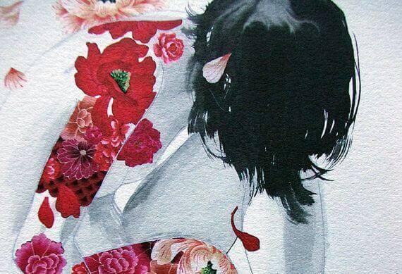 Mulher com flores tatuadas no corpo