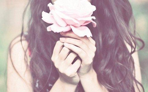 Mulher-com-uma-rosa-em-suas-mãos