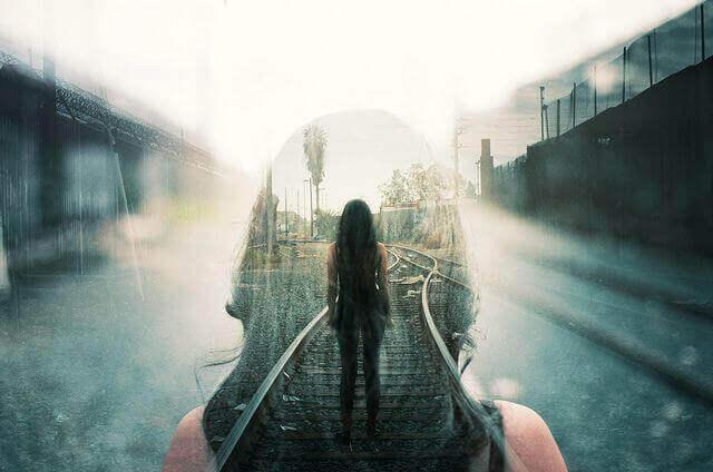 Mulher na via de um trem