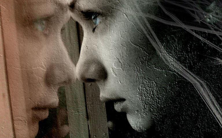 Mulher olhando pela janela com dor