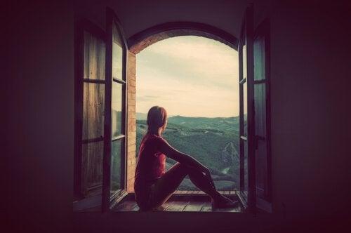 Mulher pensando em seu sonho impossível