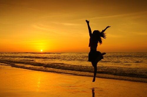 Mulher-pulando-praia