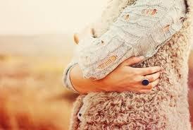 Mulher se abraçando refletindo sobre o impossível