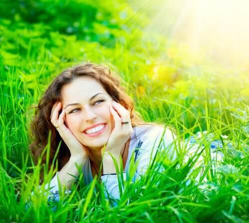 Mulher com sorriso radiante
