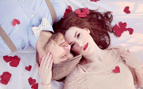 casal-com-corações-formas-dizer-eu-te-amo