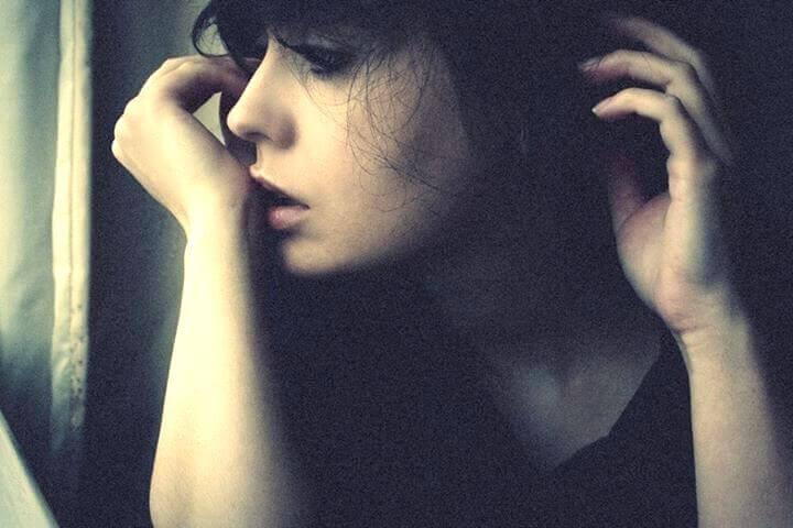 menina-olhando-pela-janela-com-medo