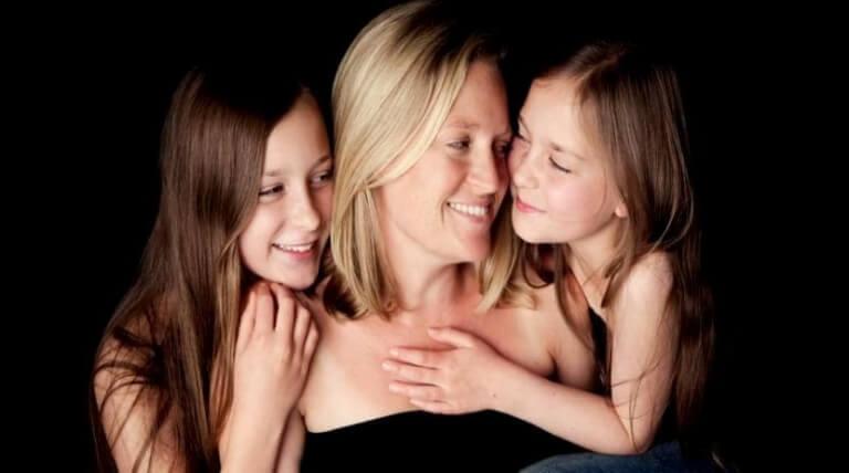 mãe-com-suas-filhas