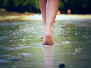 mulher-caminhando-em-praia-em-busca-de-sua-identidade