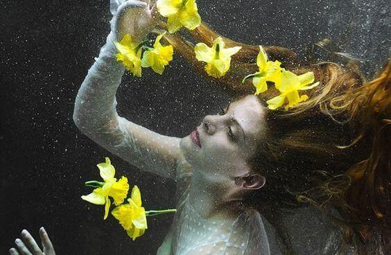 mulher com lírios amarelos