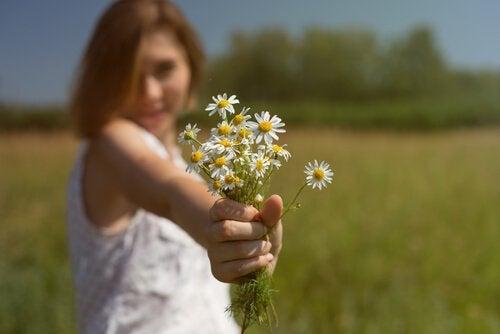 mulher-oferecendo-flores