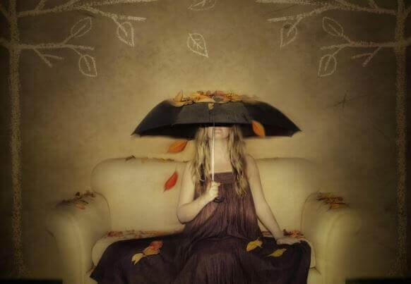 mulher-se-cobrindo-com-um-guarda-chuva