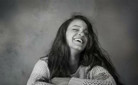 mulher-risada-feliz