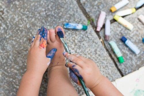 criança-pintando-unhas-dos-pés-fazendo-algo-proibido