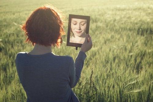 reflexo da mulher no espelho