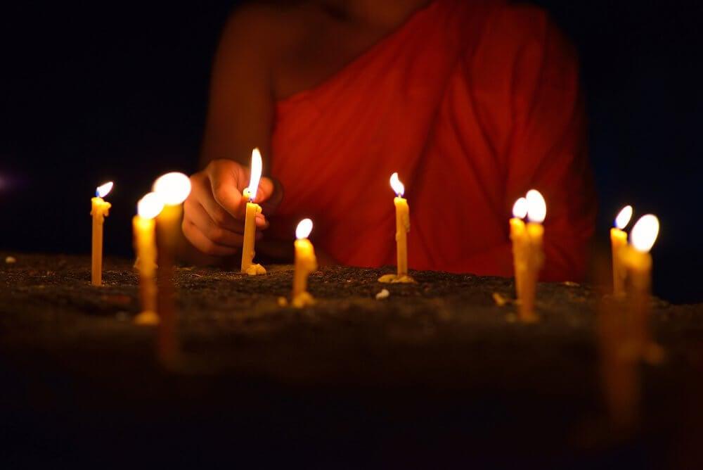 velas-acesas-budismo