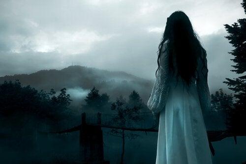 menina-triste-olhando-paisagem