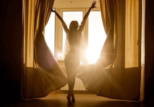 mulher-feliz-sonhos-lúcidos