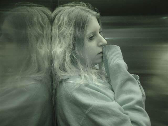 mulher-vítima-fugindo
