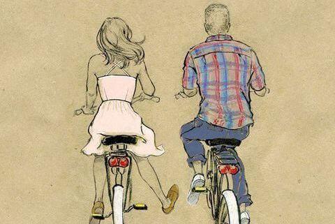 Casal de bicicleta desfrutando passeio