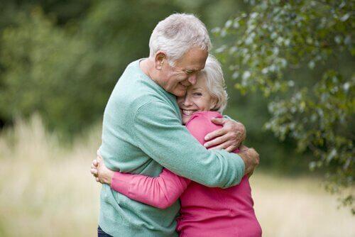 A importância do afeto físico para crianças e adultos