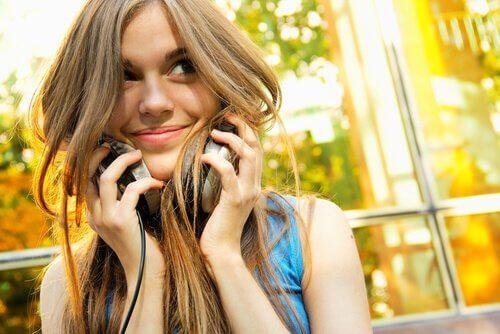 garota-jovem-escutando-musica