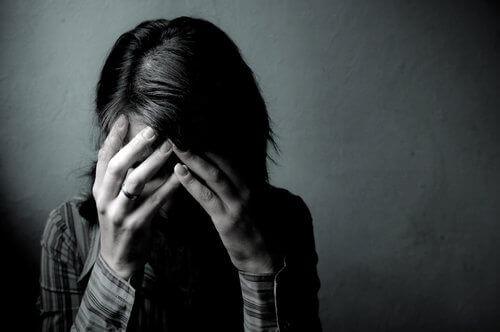 mulher-sentindo-dor-emocional