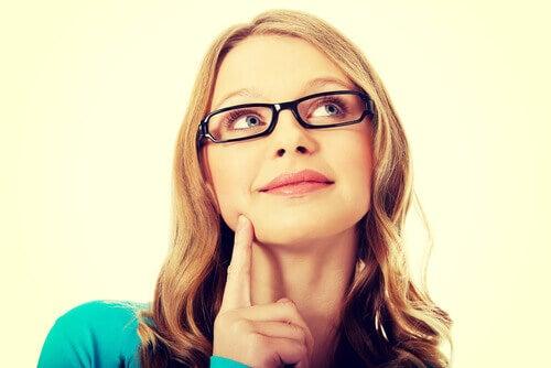 Mulher-com-óculos-pensando-em-como-resolver-problema