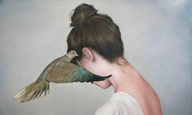 mulher-com-pomba-contando-fofoca