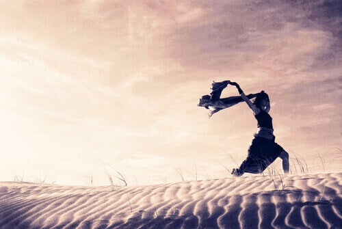 mulher-correndo-pelo-deserto