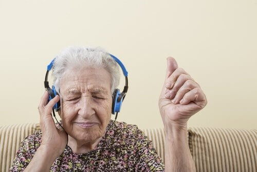 Mulher idosa ouvindo música
