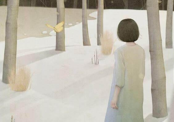 mulher-olhando-borboleta-tendo-pressentimento