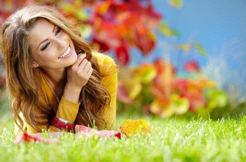 mulher-otimista-feliz-na-hora-de-tomar-decisões