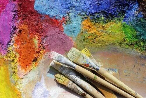 pinceis-com-cores-representando-sinestesia