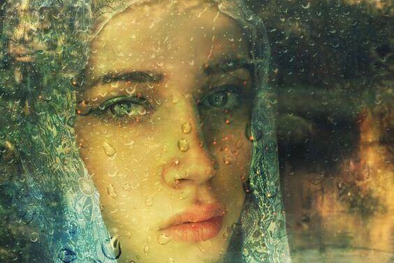 mulher-vidro-molhado