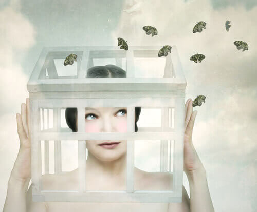 mulher-em-caixa-desempenhando-papéis-impostos