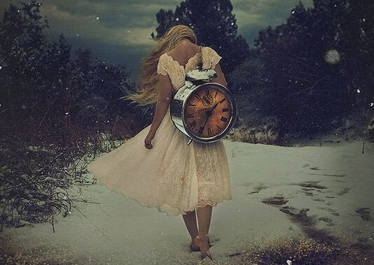 mulher-carregando-relogio