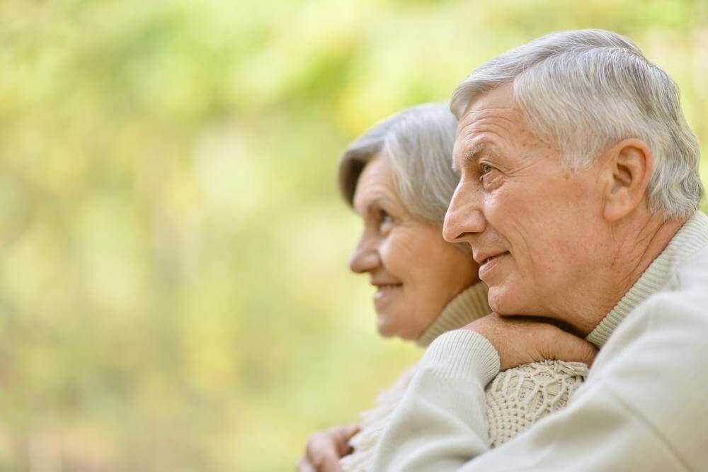 casal-feliz-cabelos-grisalhos