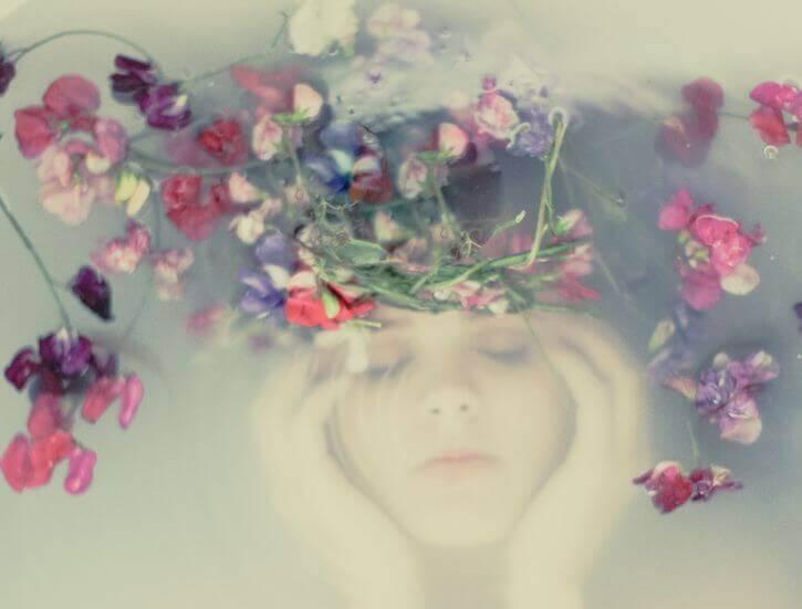 reflexo-mulher-flores