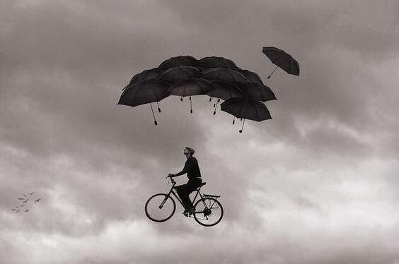 homem-viciado-no-caos-voando-numa-bicicleta