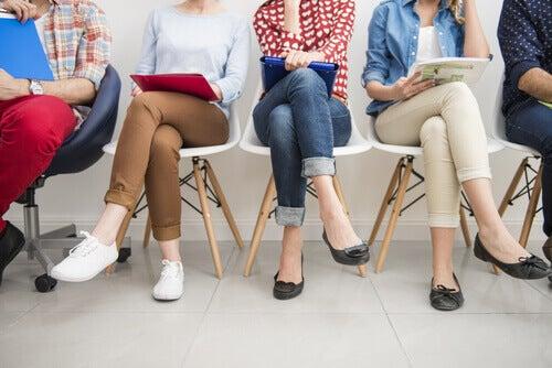 mulheres-sentadas-buscando-emprego