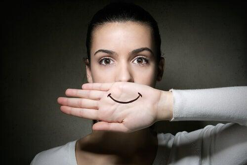 pessoas com falsa felcidade